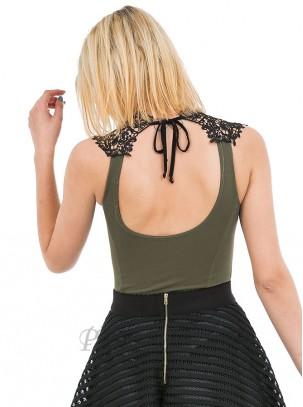 Body con bordado en la parte del cuello y escote