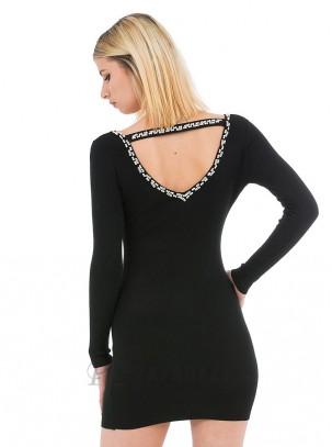 Vestido de punto con escote de piedras y perlas en la espalda
