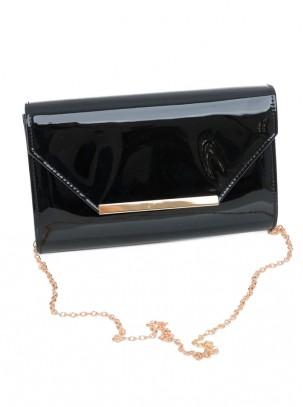 Bolso clutch de charol con solapa, detalle de metal y cadena opcional