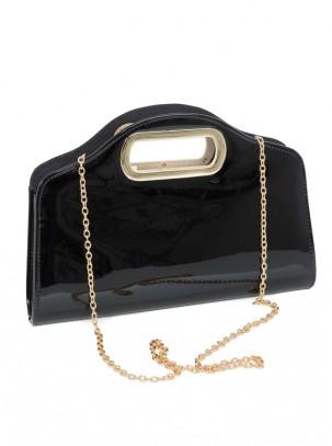 Bolso clutch de charol con estructura de metal en asa
