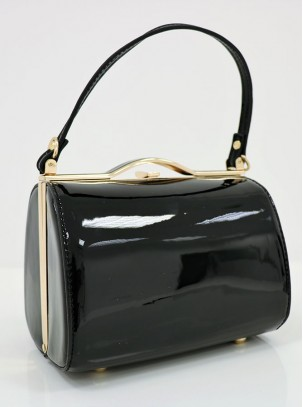 Bolso clutch de charol con varios compartimentos, detalle de aro, asa de mano y correa opcional