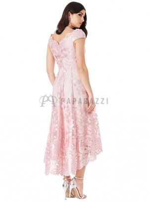 Vestido de cola con bordado rosa y plata y bordes festoneados