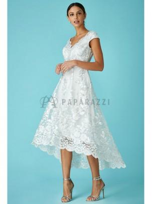 Vestido de cola con bordado blanco y plata y bordes festoneados
