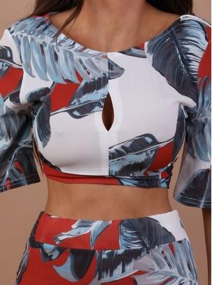 Conjunto estampado de top corto con manga 3/4 y abertura con detalle de nudo atrás y pantalón palazzo