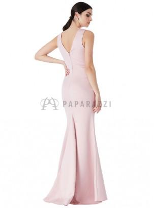Vestido de satén con cola en corte sirena con transparencia y bordados en el mismo color