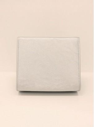 Bolso clutch con solapa, detalle de lazo y cadena opcional