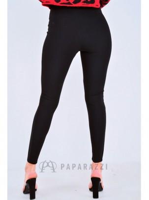 Pantalón tipo legging con detalle de cinturón en la misma tela y adorno metálico