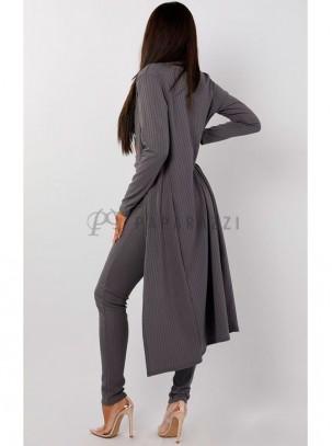 Conjunto de tres piezas con top corto, pantalón ajustado tipo legging y chaqueta 3/4