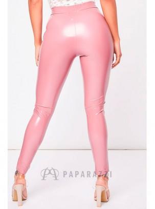 Pantalón efecto cuero charol estilo pitillo con cierre de cremallera en parte delantera