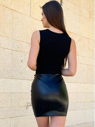 Mini falda efecto cuero con detalle de volante en la parte delantera