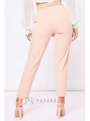 Pantalón estilo pitillo con bolsillos laterales y cinturón incluido en la misma tela