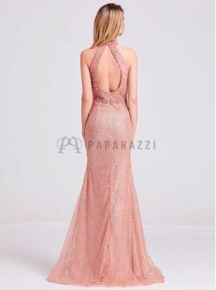 Vestido corte sirena con diseño de perlas y brillantes, de espalda descubierta y transparencia en laterales