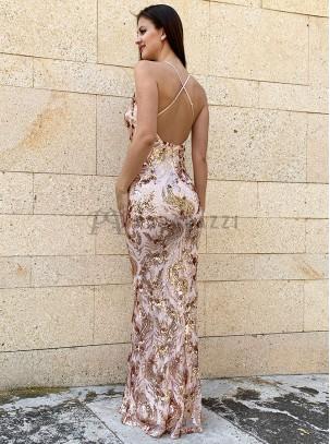 Vestido con escote en V, espalda descubierta con tirantes finos regulables en X y diseño de lentejuelas