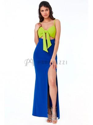 Vestido bicolor con cierre de lazada en escote, raja lateral en pierna y tirante fino