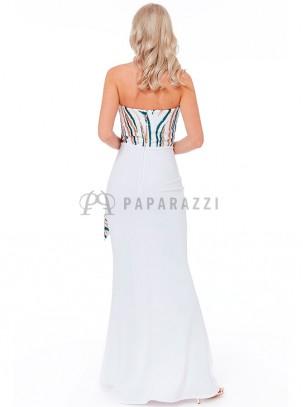 Vestido corte sirena palabra de honor con diseño de lentejuelas en contraste en parte superior y detalle de volante