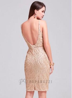 Vestido midi de espalda descubierta con diseño de brillo y perlas, transparencia en escote y raja en parte trasera
