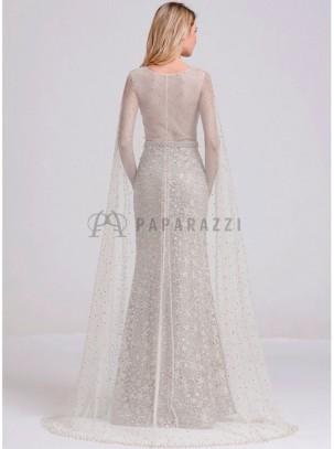 Vestido corte sirena con diseño de bordado, perlas y brillantes, espalda transparente y capa de transparencia y perlas incluida