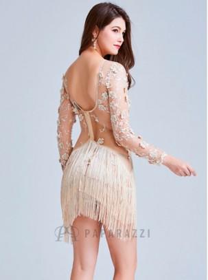 Vestido de manga larga con transparencias, detalle de bordado y flecos, con escote en la espalda y bajo asimétrico