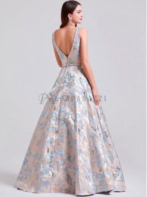 Vestido con contraste de estampado en relieve, transparencia en escote y espalda descubierta en forma de V