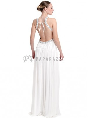 Vestido de gasa con espalda descubierta, pedrería y chal incluido